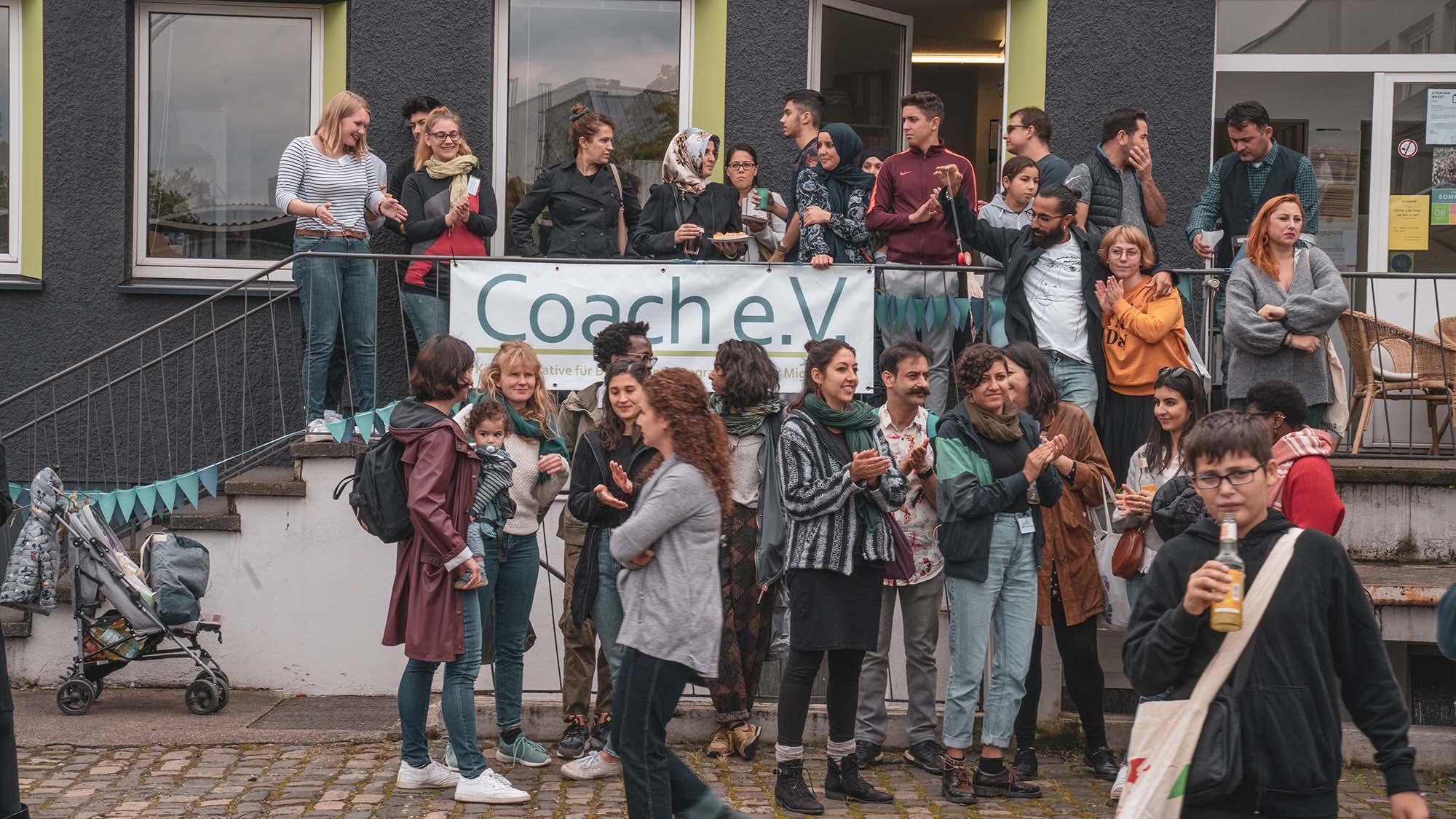 Spontane Szene von Frauen, Männern, Kindern und Jugendlichen aus allen Ländern vor der Beratungsstelle beim SOmmerfest 2019. Foto von Murat Surat.