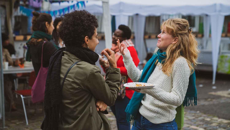 Zwei Frauen im Gespräch beim Sommerfest 2019