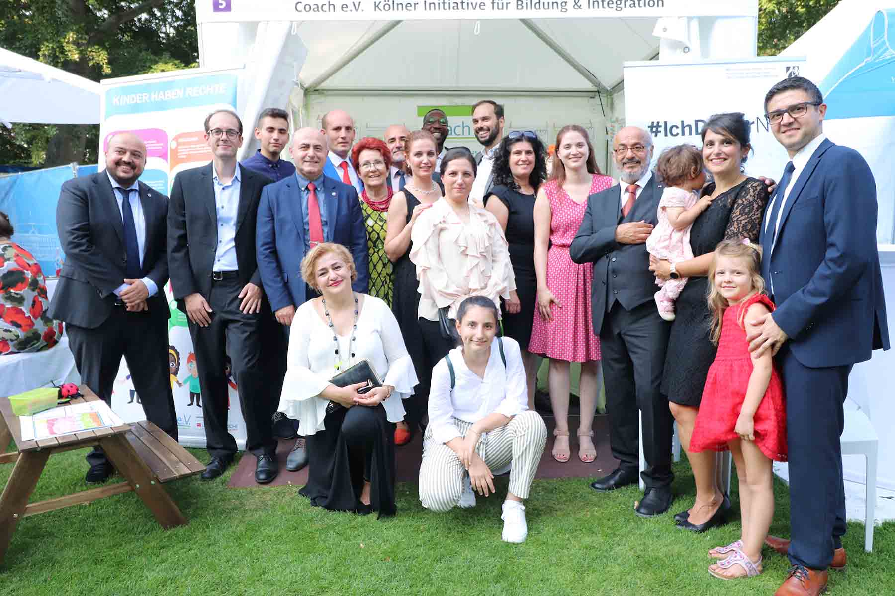 Coach e.V.-Gruppe aus Vorstandsmitgliedern, Eltern, Jugendlichen und Mitarbeitenden beim Sommerfest des Bundespäsidenten in Berlin