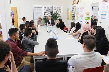 Dialog zwischen Jugendlichen und Politiker